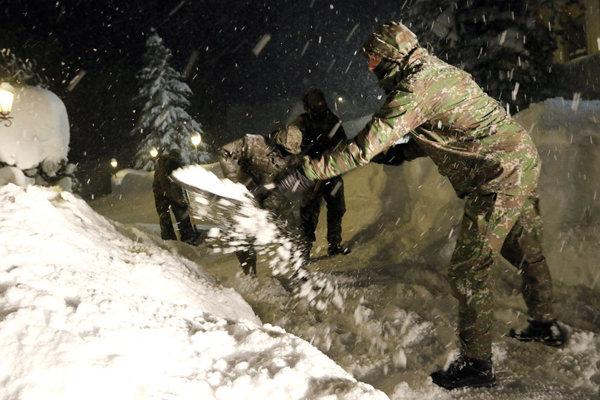 Na Orave pomáhajú vojaci.
