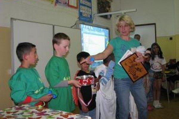 Interaktívna tabuľa v pozadí bola dôležitou pomocníčkou pri prezentácii detí.