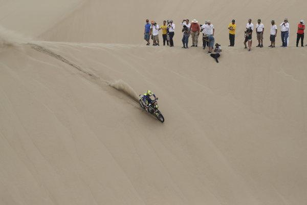 Diváci na pieskovej dune sledujú prejazd Francúza Michaela Metgeho (Sherco TVS) na trati 1. etapy 41. ročníka Rely Dakar z Limy do Pisca 7. januára 2019.