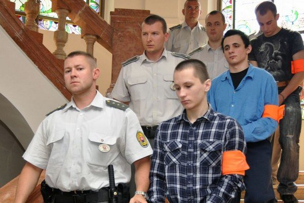 Trojica odsúdených stredoškolákov Ondrej Devečka (vpravo hore), Alexander Majdiš (druhý sprava) a Andrej Párička (dole vpravo), ktorí naplánovali a uskutočnili vraždu taxikára.