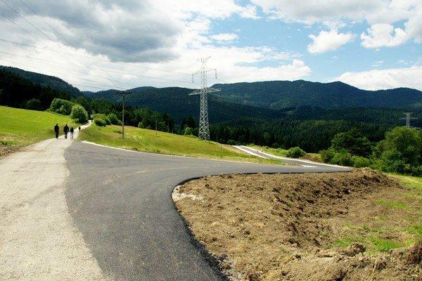 Kilometrový úsek z Hrabova sa spája s existujúcou cestu z Kalvárie na Maliné Brdo.