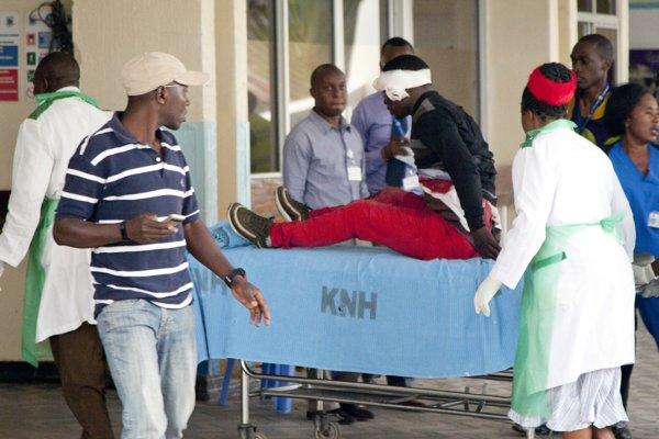 Na snímke záchranári odvážajú zranenú osobu v hotelovom komplexe.