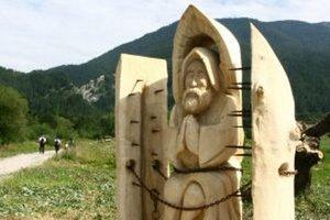 Socha Svorada je z osikového dreva.