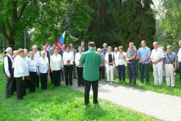 Na spomienku prišli do Rázusovho parku členovia spolku Martina Rázusa, mestskí poslanci, matičiari, evanjelici, dôchodcovia, ale aj potomkovia Rázusovie rodiny, synovci Martina Rázusa, Vladimír a Dušan.
