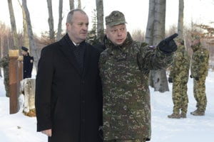 Na snímke z vrchu Borsó vľavo minister obrany SR Peter Gajdoš a vpravo kapitán Martin Farkaš, ktorý jediný prežil haváriu lietadla.