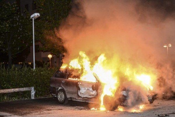 Dve autá niekto podpáli úmyselne, zhorelo aj tretie auto, ktoré stálo v ich blízkosti.