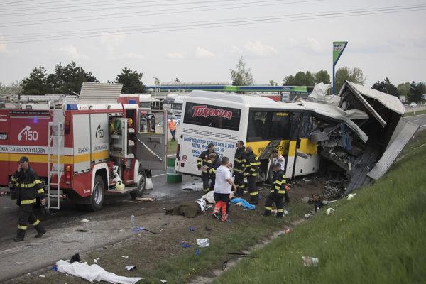 Tragická dopravná nehoda pri Badíne 23. apríla 2018. Za zásah ocenili zvolenských hasičov a individuálne aj Erika Piatera.