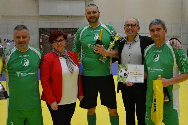Putovný pohár z rúk primátorky Topoľčian si prevzalo víťazné mužstvo - 1. FC Bioharmonia Topoľčany.