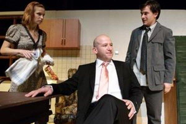 Martin Nahalka (v strede) v tragikomédii Šťastné a veselé s Danielou Pribullovou a Petrom Oszlikom.
