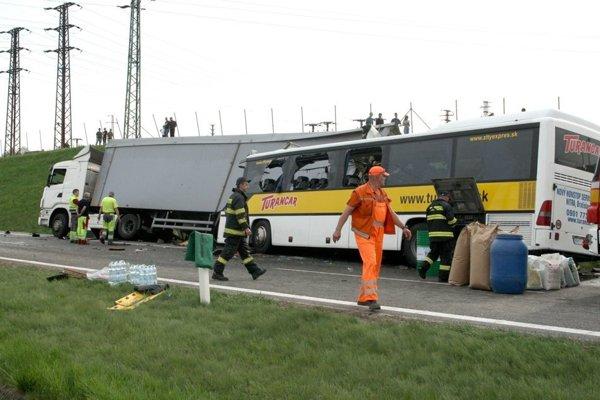 Pri aprílovej nehode na R1 zohrali hasiči kľúčovú úlohu.