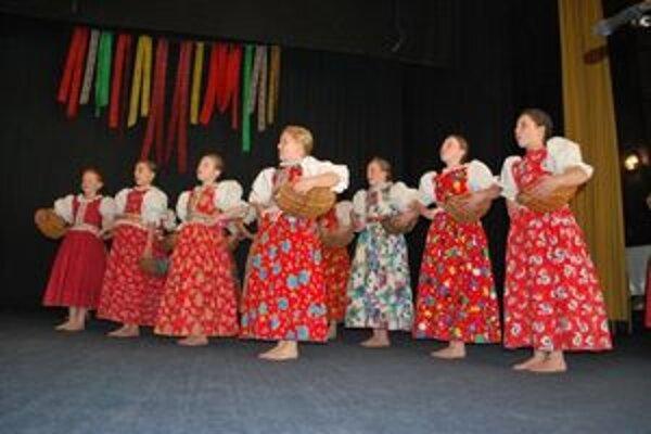 Na obľúbenom podujatí Pri prameňoch krásy sa predviedli aj najmenší folkloristi z detského folklórneho súboru Sliačanček.