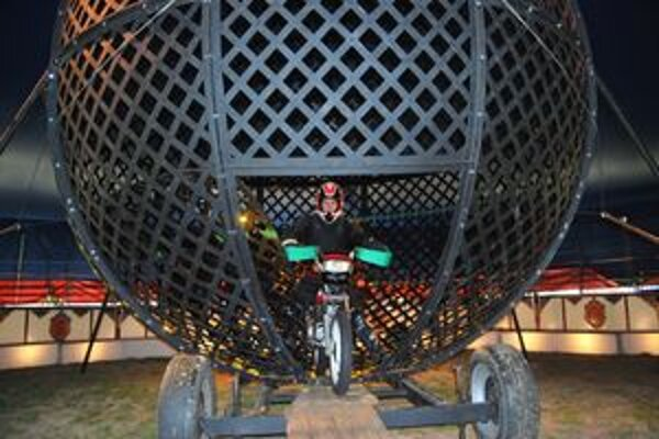 V glóbuse smrti jazdia kaskadéri na motorkách aj dolu hlavou.