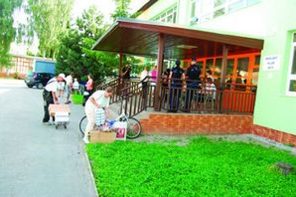 Ľudia prichádzali na obecný úrad s káričkami, fúrikmi  i na autách, mladší pomáhali vynášať a nakladať potraviny starším.