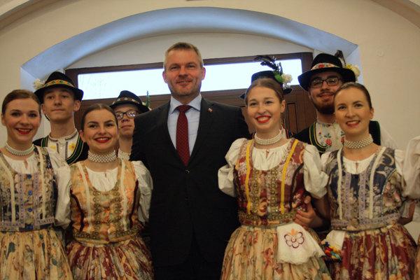 Folkloristi privítali výjazdovú vládu v Sninskom kaštieli. (FOTO: MARIO HUDÁK)