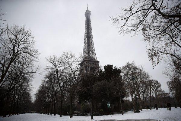 Eiffelova veža zostala pre sneh zatvorená.