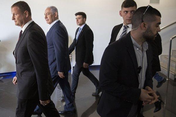 Izraelský premiér Benjamin Netanjahu (druhý zľava)