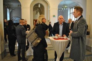 Hostia stretnutia so županom sa stretávajú vo vstupnej hale.