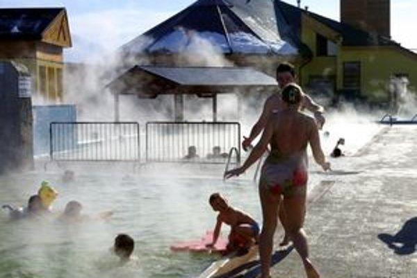 V akvaparkoch s teplou vodou si ľudia prídu na svoje aj v chladnom počasí.