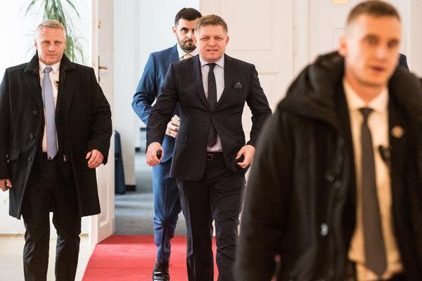 Situáciu týkajúcu sa ochrany expremiéra Fica vysvetľovala poslancom ministerka vnútra Denisa Saková a šéf štátnych ochrankárov Radoslav Štrba.