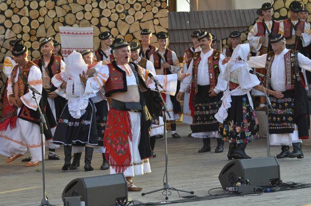 Folklórna skupina Detvani. Muži s holými pupkami.