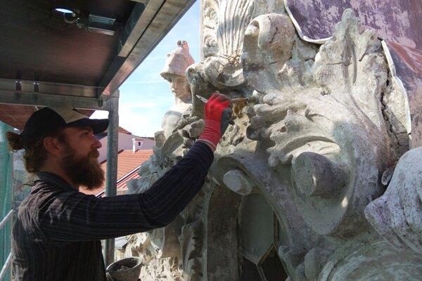Reštaurovanie sôch v atike.