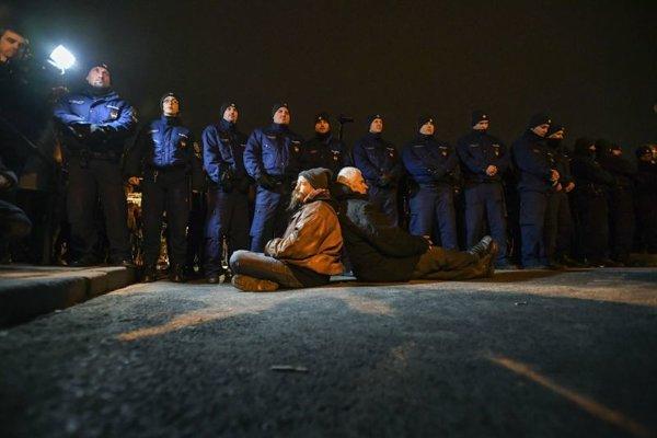 Demonštranti pod kontrolou poície v Budapešti.