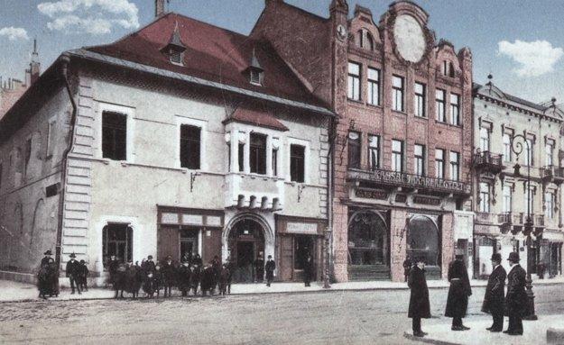 Historická pohľadnica zobrazuje Levočský dom a budovu Slávie.