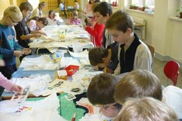 Deti spolu s rodičmi tvorili a vyrábali rôzne predmety.