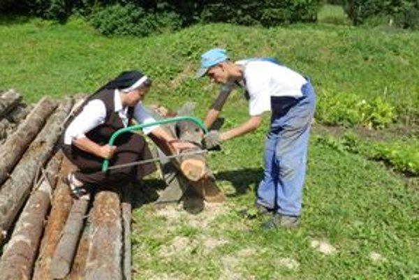 Sestra Júlia si vyskúšala pílenie s klientom, pre ktorého je spracovanie dreva najdôležitejšou vecou na svete.