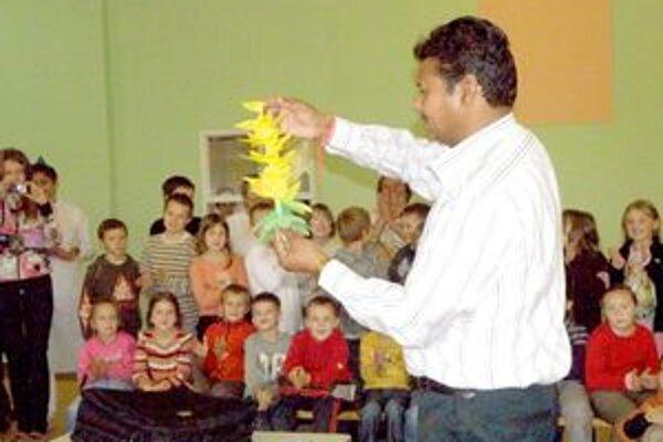 Ramesh Kuman potešil deti výrobou svietnika.