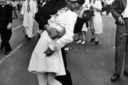 Fotografia, na ktorej neznámy námorník bozkáva sestričku, sa stal symbolom.