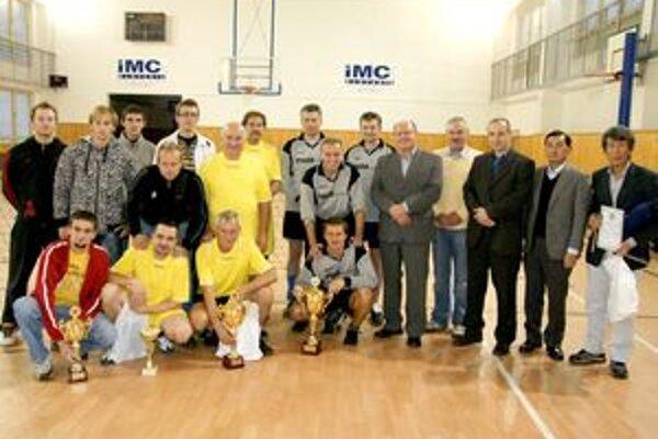 Spoločná fotografia účastníkov turnaja. V strede v šedých dresoch víťazná Kolónia.