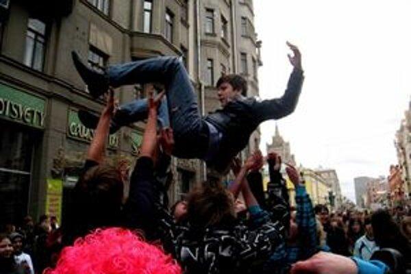 Arťom stále myslí na svojich kamarátov v Moskve. Vie, že sa na nich dá spoľahnúť. Aj keď ho vyhadzujú nad hlavu.