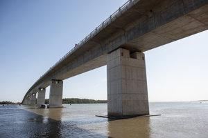 Most prepájajúci Gambiu a Senegal.
