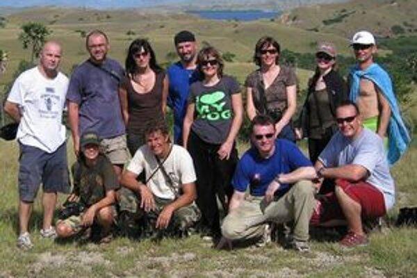 Spoločná fotografia partie dobrodruhov v Národnom parku Komodo.