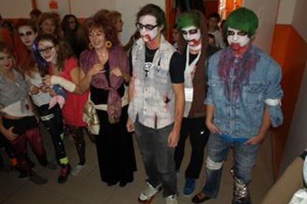 Žiaci sa spolu s učiteľmi prezliekli do masiek a zažili doslova strašidelnú školu hrou.