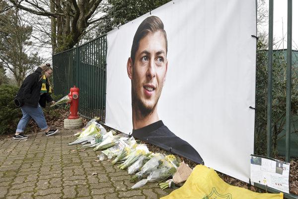 Plagát argentínskeho futbalistu Emiliana Salu pred tréningovým kempom FC Nantes.