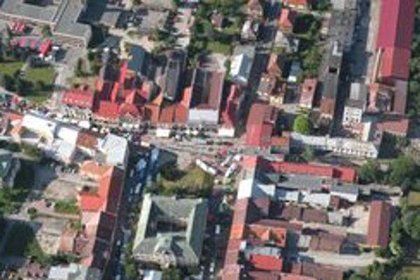 Na pešej zóne v centre mesta začínajú so stavebnými prácami.