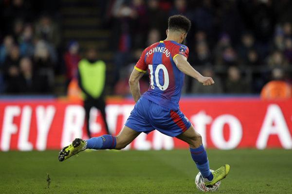 Andros Townsend strieľa druhý gól Crystal Palace do siete Tottenhamu.