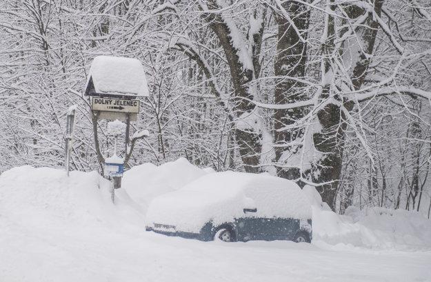 Zapadnuté auto snehom pri odbočke na na Dolný Jelenec smerom na horský priechod Donovaly.