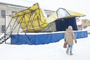 Tribúna sa prepadla pod ťarchou snehu.