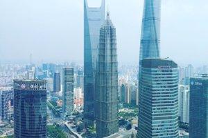 Pohľad z Oriental Pearl Tower na tri najvyššie mrakodrapy v Lujiazui - v pozadí je najvyššia z nich Shanghai Tower
