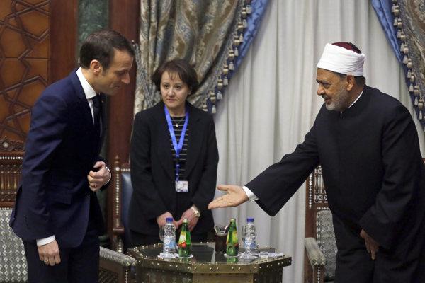 Emmanuel Macron a s Ahmadom Muhammadom Tajjibom, veľkým imámom káhirskej mešity al-Azhar, najprestížnejšieho strediska sunnitského islamského učenia v Egypte.