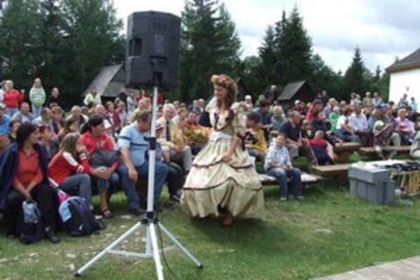 Najmä tematické podujatia v skanzene priťahujú návštevníkov. Na fotografii jedna zo včelích kráľovien tradičného podujatia Včelárska nedeľa.