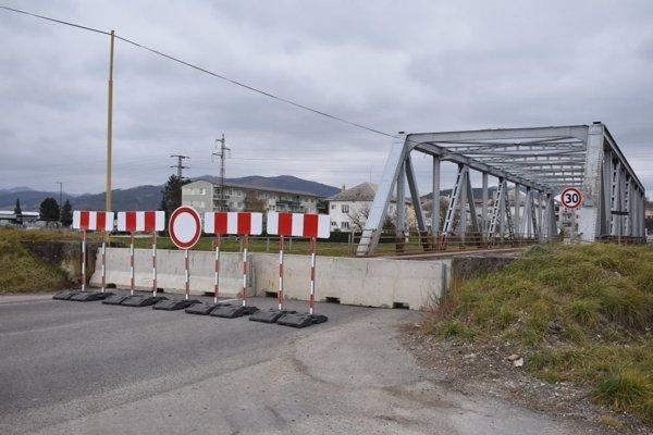 Most cez kanál v Ilave celkom uzavreli. Aj pre chodcov. hrozí mu dokonca samozrútenie.