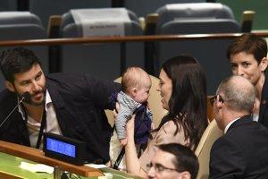 Novozélandská premiérka sa vrátila po materskej na svoj post.