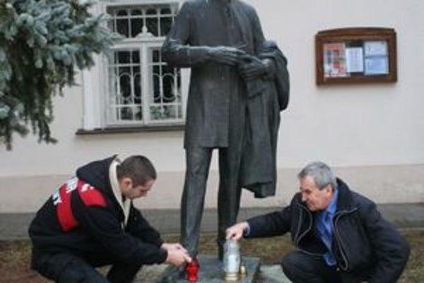 Socha Ľudovíta Štúra stojí pred starou evanjelickou farou, v ktorej takmer tridsať rokov pôsobil Michal Miloslav Hodža.
