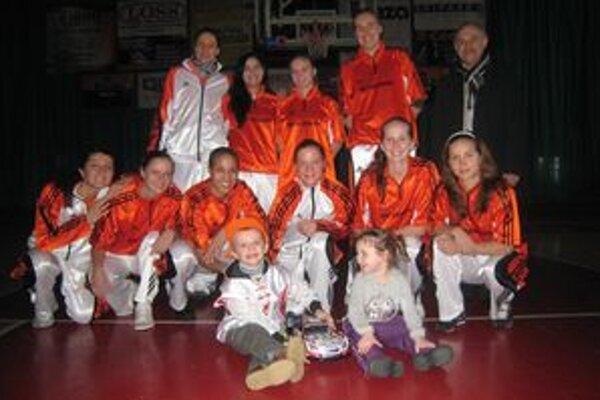 Martinko (dolu vľavo) bol šťastný, že sa stretol s takmer celým tímom ružomberských basketbalistiek.