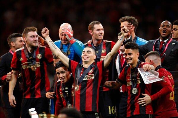 Miguel Almiron (v strede) oslavuje triumf v zámorskej lige MLS.