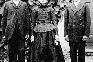 Po Samkovi nezostala ani jediná fotografia. Na historickom zábere je jeho nevlastný brat Ján Šikeť, pukanský obuvník a adresát listov, stojí na priedomí s manželkou a synom.
